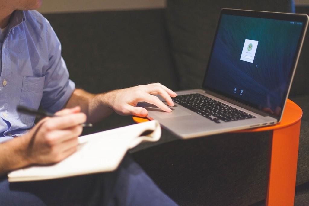 dators un vīrietis raksta