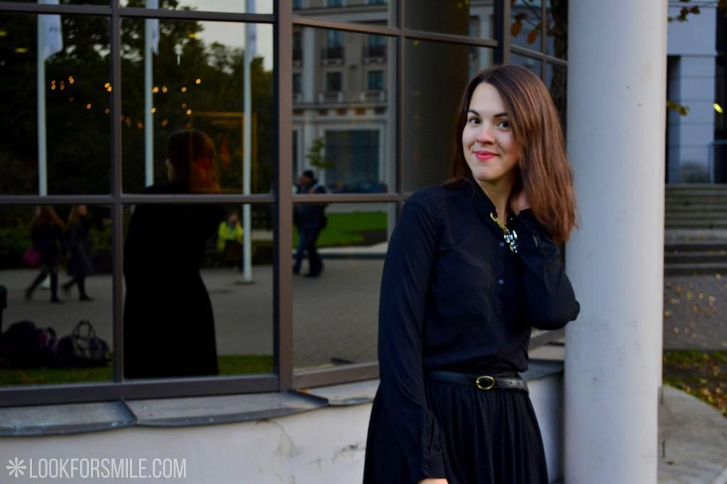 Sieviete melnā, stikla atspīdums fonā - blogs - Lookforsmile.com