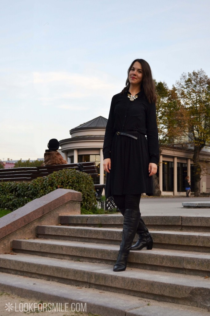 Black clothing, woman on stairs - blog - Lookforsmile.com