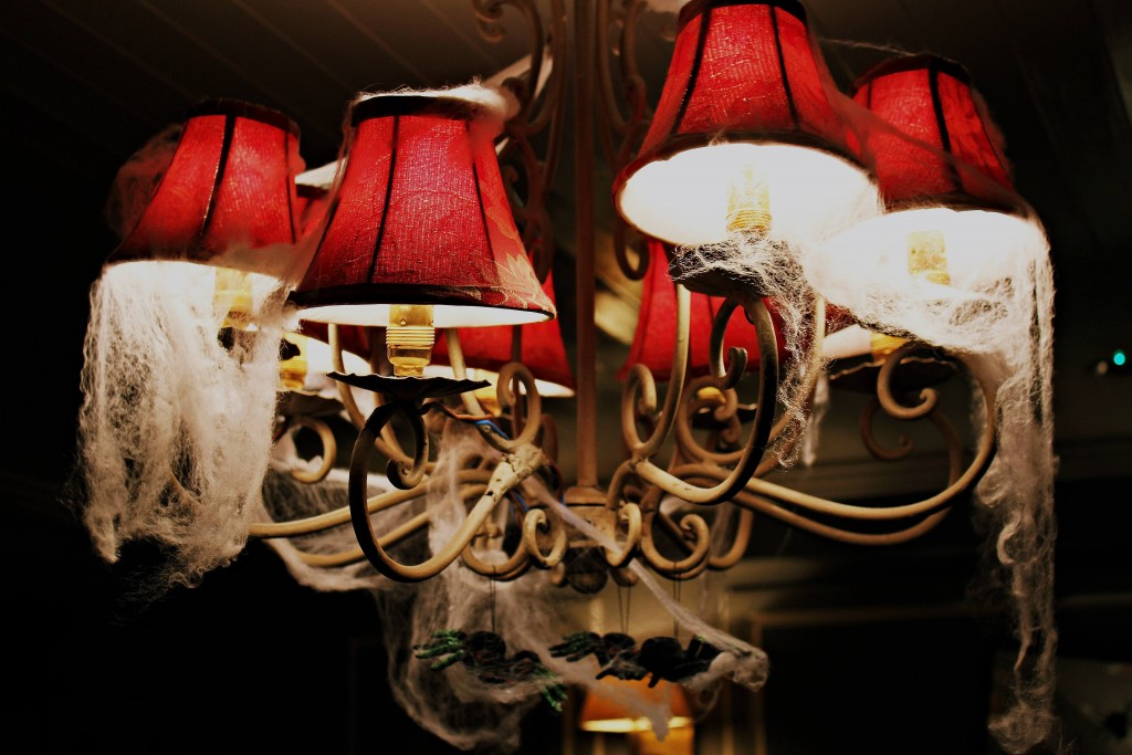 Halloween haunted lamp and spiders - blog - lookforsmile.com