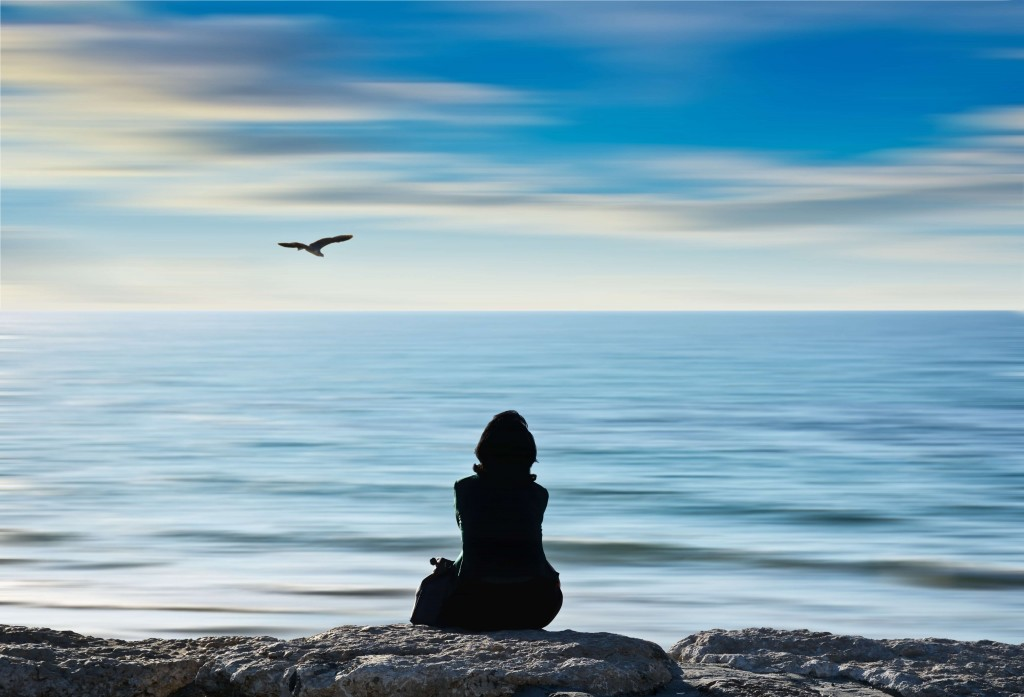 Girl looking in sea - how to find your true self - blog - Lookforsmile.com